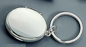 Locket key chain CG03231 - Locket key chain opens up to reveal two oval picture frames.